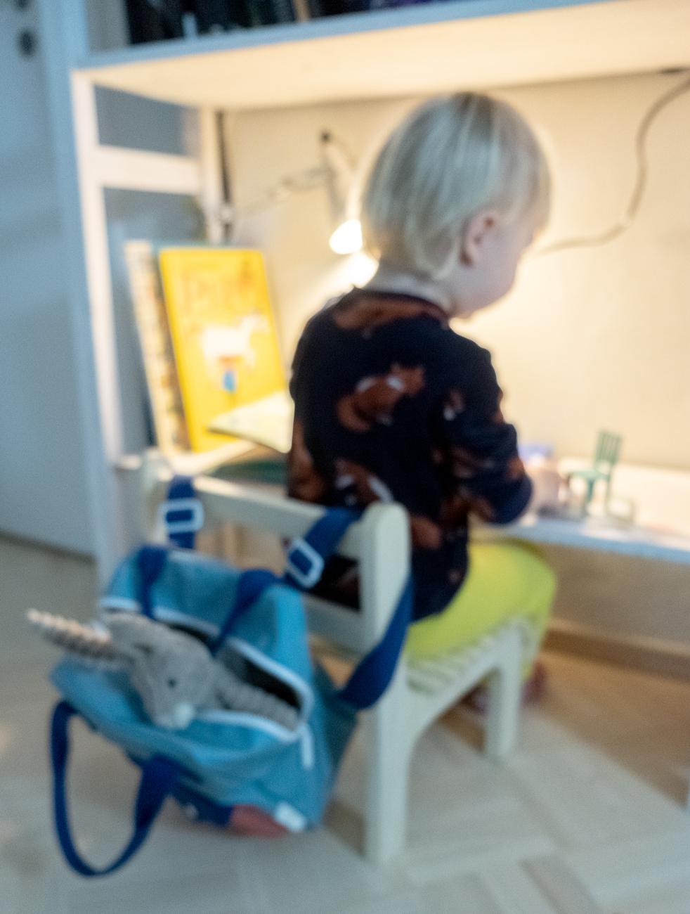 Pienen lapsen tuoli on rakennettu lehmuksesta