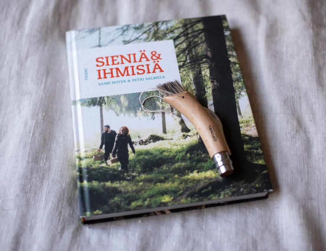 Sieniä ja ihmisiä -kirjan ovat kirjoittaneet Saimi Hoyer ja Petri Salmela, ulkoasun suunnittelu: Petri Salmela