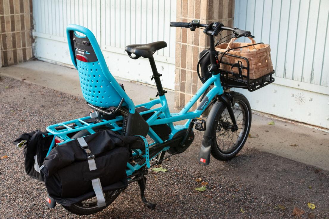 Turkoosi Tern GSD sähköinen pitkäperäpyörä parkissa sorapihalla autotallin edessä