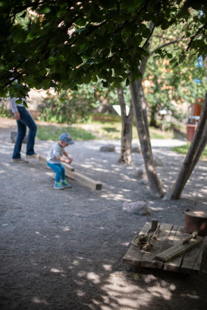 Bryggartäppanin historiaa huokuva pienoismaailma lumoaa niin lapset kuin aikuisetkin. Paljon tutkittavaa. Puut varjostavat ihanasti.