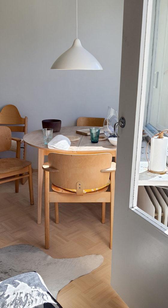Signe Wirth Engelund on suunnitellut talouspaperirullatelineen, jossa on tammea, metallia ja nahkaa