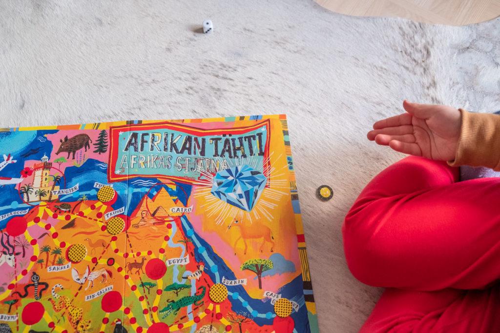 Kari Mannerlan kehittämän Afrikan Tähti -pelin 70-vuotisjuhlapainoksen on toteuttanut kuvittaja, graafikko Matti Pikkujämsä.
