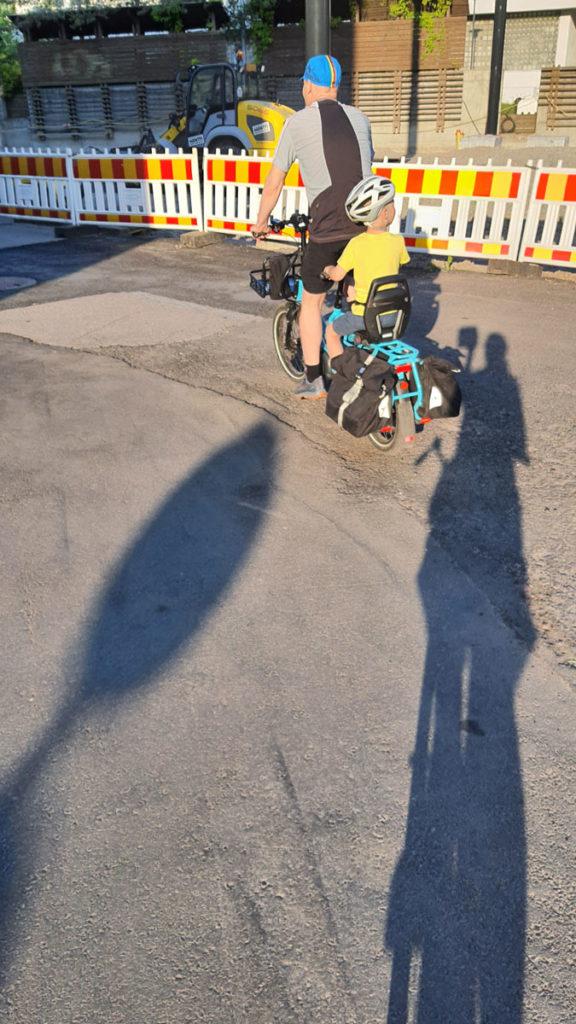 Tern GSD sähköavusteinen pitkäperäpyörä ajaa auringonlaskussa kohti ylämäkeä tietyömaalla