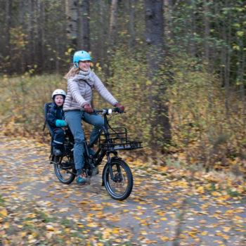 Musta Tern HSD sähköavusteinen pitkäperäpyörä ajossa syksyisessä metsässä - AILI.fi